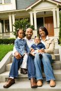 Famille noire devant maison
