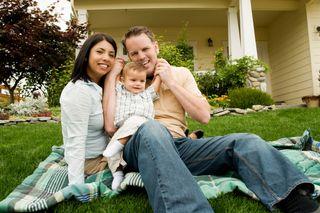 Famille blanche devant maison